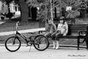 Мальчик, девочка и велосипед