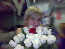 *18 белых роз и 1 алая*