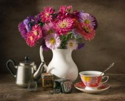 Натюрморт с цветами и чаем