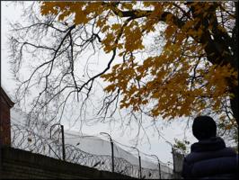 У тюремной стены