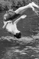 прыгать по воде
