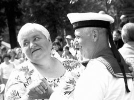 Пригласил её моряк