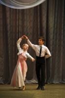 Мальчик с девочкой танцуют.....