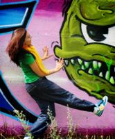 Танец на фоне граффити