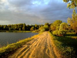 Проселок вдоль озера