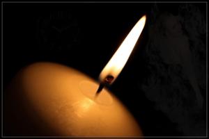 Мне каждый вечер зажигают свечи