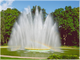 В брызгах фонтана.