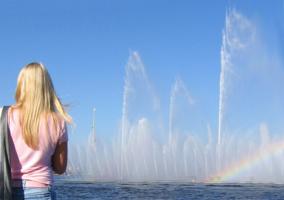 Смотря на краски водяной стены