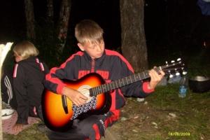 Гитара душа компании)