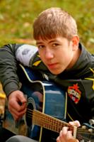 Вот Константин берет гитару.