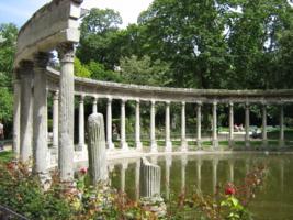 Колонны в парке Мансо