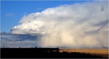 Облачное чудище ползет по земле