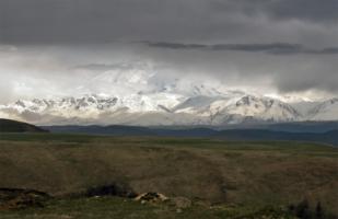 В хмуром облаченьи седой Эльбрус
