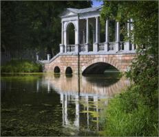 В неком парке старый пруд