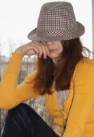 Девушка в клетчатой шляпке