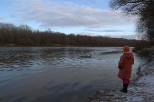 Девочка у воды