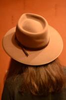 упала шляпа