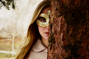 Девушка в маске