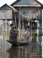 Мальчишки на озере Инле
