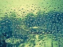 Следы дождя на стекле