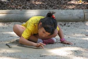 Рисующая на песке