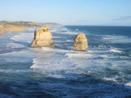 волна за волной точат скалы