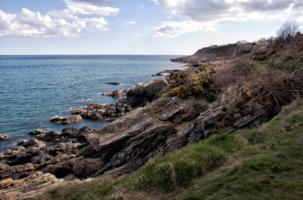 В море сползают скалы