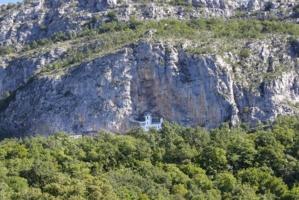 В скальной нише монастырь