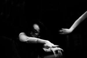 я вижу танцующих демонов боли