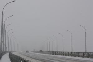 В снегопад на мосту