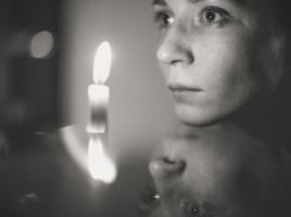 Сквозь пламя свечи