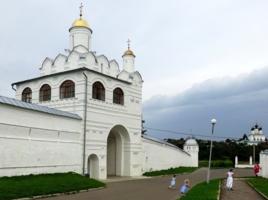 У храма, Суздаль