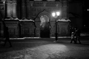 Ночь, улица, фонарь... ворота