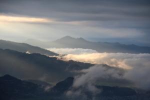 горы высокие. горы туманные