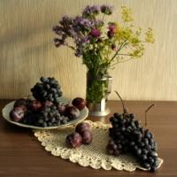 Натюрморт со сливой и виноградом