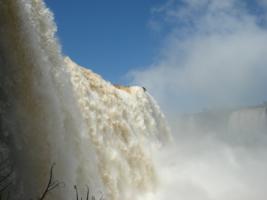 стремительный поток воды