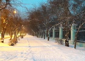 С первым снегом город опустел...