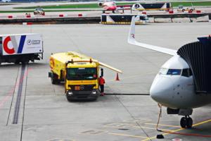 Заправка самолета топливом.