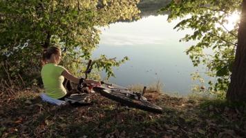 С другом на озере.