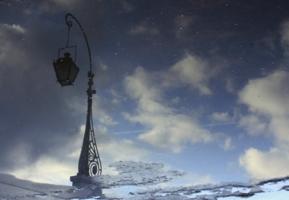 На асфальте тает снег
