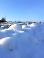 Искристый снег у дороги