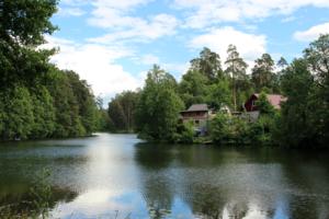 Дом у лесного озера