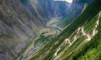 Изгибается река - петляет дорога