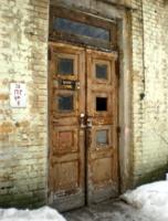 Закрытые двери хранят тишину.
