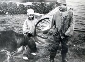 Дети и северный олень