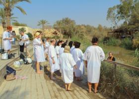 Паломники у священной реки