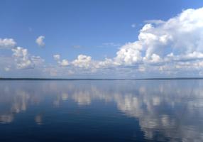 Гладь зеркальная воды неба дарит отражение