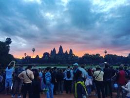 Вдохновляясь рассветом у стен Ангкор-Вата