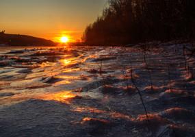 рассып закатного света по льду