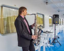 Нас встречал саксофонист...